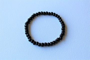 Zwarte armband van echte houten kralen 6 mm.