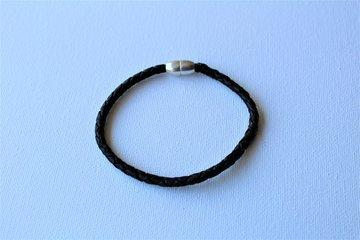 Gevlochten leren armband zwart met magneetsluiting.