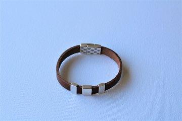Bruin leren armband met verzilverde magneetsluiting en 3 schuivers.