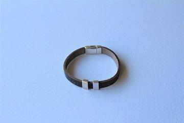 Grijs leren armband met magneetsluiting en 2 schuivers.
