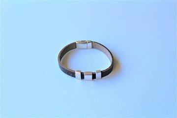 Grijs leren armband met magneetsluiting en 3 schuivers.