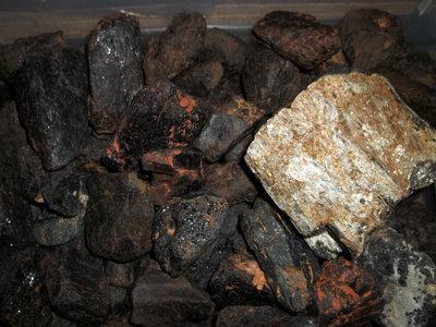Zwarte toermalijn ruw assorti 1 kg.(elke 6e kilo gratis)
